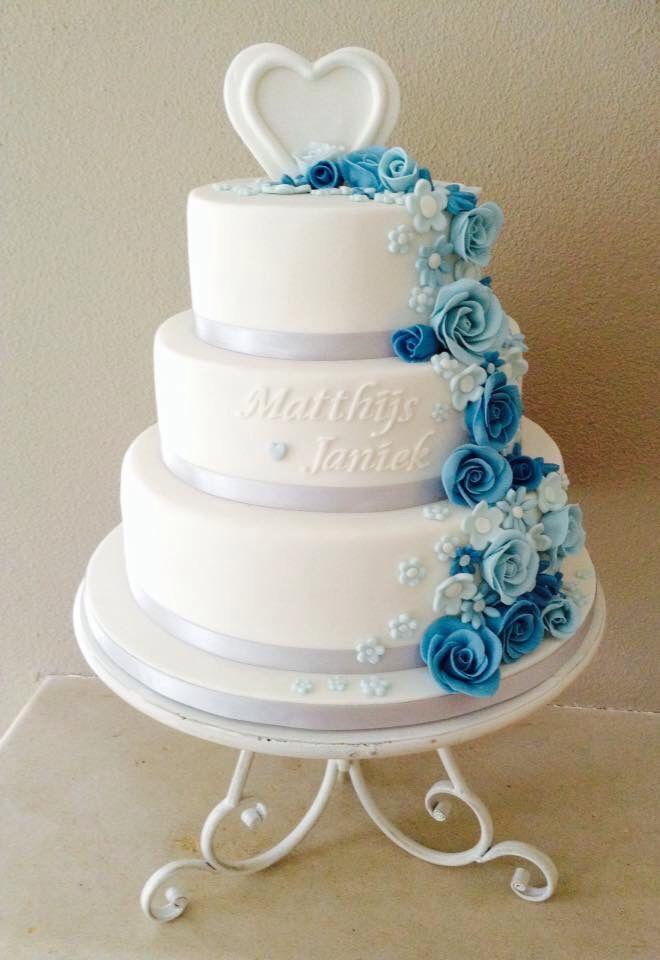 Bruidstaart met waterval van blauwe bloemen