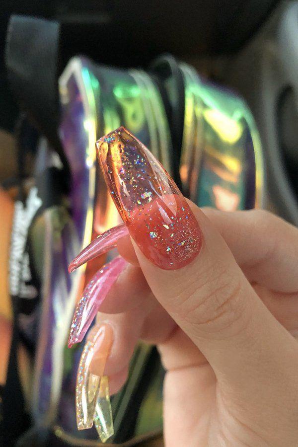 Was gebräunte Haut besonders schön aussehen lässt? Transparente Jelly Nails!