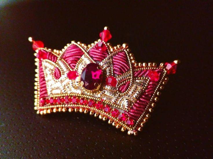 Когда твой сын подрастает... 😆 Теперь мама делает украшения-подарки для 👧 девочек. 💕. . 💟С днем влюбленных и дружбы! 💟  Желаю всем состояния любви в душе и сердце, и возможностей разделить его с другими людьми. . Маленькая брошечка для девочки, ну точно, принцессы! Я не видела. 😆  #magicsheba #brooch #embroidery #handembroidery #crown #goldbrooch #goldjewelry #jewelryexclusive #jewelrysilver #exclusive #uniquejewelry #russianimperial #russian #russiancrown #Москва #Питер…