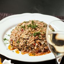 Ένα πιάτο όπου κάθε γεύση έχει τη δικιά της δυναμική. Το ρύζι μπορείτε να επιλέξετε να είναι αμερικάνικού τύπου, ώστε να έχετε σπυρωτό πιλάφι, ή καρολίνα για πιο χυλωμένο αποτέλεσμα