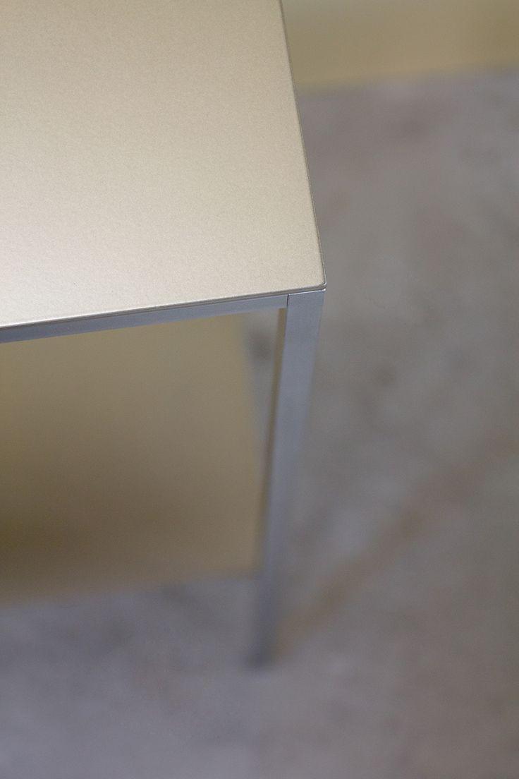 """SCHWEIßDRAHT Werkstatt _ Ihr wollt es elegant, puristisch und edel? Konsole FAKTOTUM 2.0 aus reinem Edelstahl, kombiniert mit champagnerfarbenen Ablagen _ """"Mädchen für alles"""" _ im Flur, in der Küche oder unter dem großen Spiegel _ dieses liebenswerte Stück stellt die nötige Abstellfläche bereit _ filigranen Metallbeine mit hauchdünnen Metallablagen _ ein Möbelstück für alle, die zeigen, was Ihnen wichtig ist _ www.schweissdraht-werkstatt.de"""