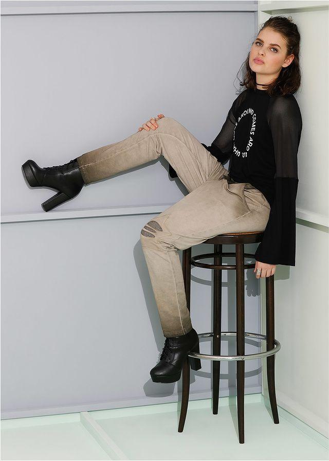 Luźniejsze spodnie dresowe z efektem wytarcia, kieszeniami, ozdobnymi motywami gwiazd i szerokim paskiem z gumką.