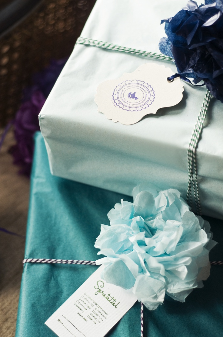 Gift wrapping by Karcsi: Tissue paper pompom+Baker's twine+card with stamp