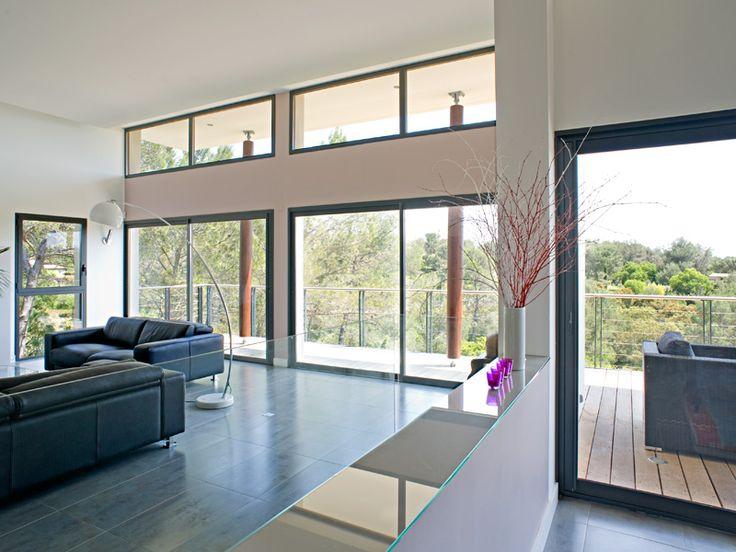 Baie vitrée sur balcon de maison. Un projet de menuiseries à installer ? Chiffrez-le sur http://www.avantages-habitat.com/travaux-fenetre-et-menuiserie-71.html
