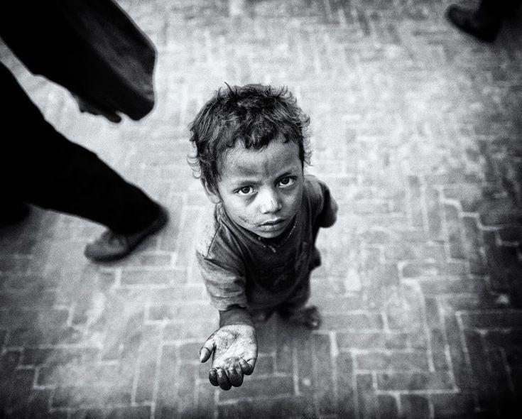 Resultado de imagen para imagen de pobre dando de comer a un pobre en blanco y negro