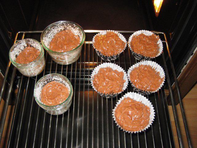Das perfekte Bounty-Kuchen im Glas-Rezept mit Bild und einfacher Schritt-für-Schritt-Anleitung: Backofen auf 180 °C  Sturzgläser fetten und mit…
