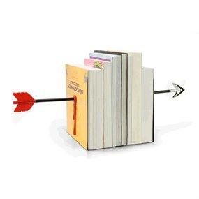 ¡Cuidado que vienen los indios! Es un genial soporte magnético para libros y esta tan bien hecho que parece que la flecha ha atravesado los libros.