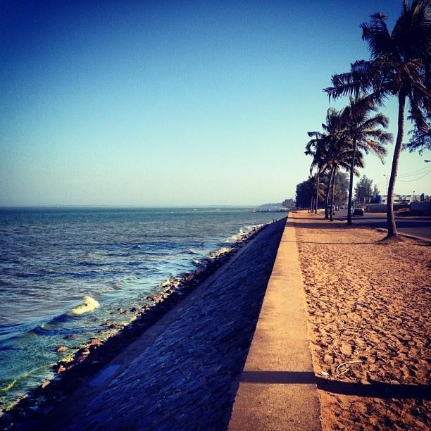 Caminata dominical #maputo #beach #mozambique #sea #sand #indianocean #instaphoto #iphonesia #photography #picoftheday #palmtrees #sunset - @erosmunoz- #webstagram