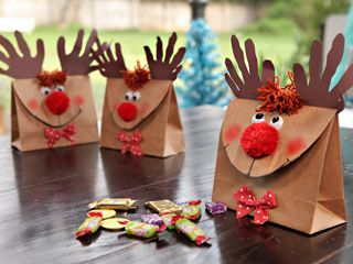 Rudolph con bolsas de papel.