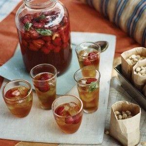 Летний холодный чай с клубникой
