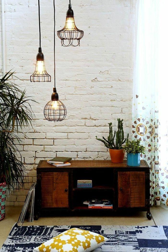 lustre industriel, trois suspensions industrielles et un mur blanc, coussin et carpette