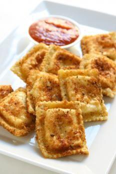 Il pesto rosso, variante siciliana di quello verde ligure, è a base di mandorle e pomodori secchi. Un condimento gustoso e intenso per i ravioli.