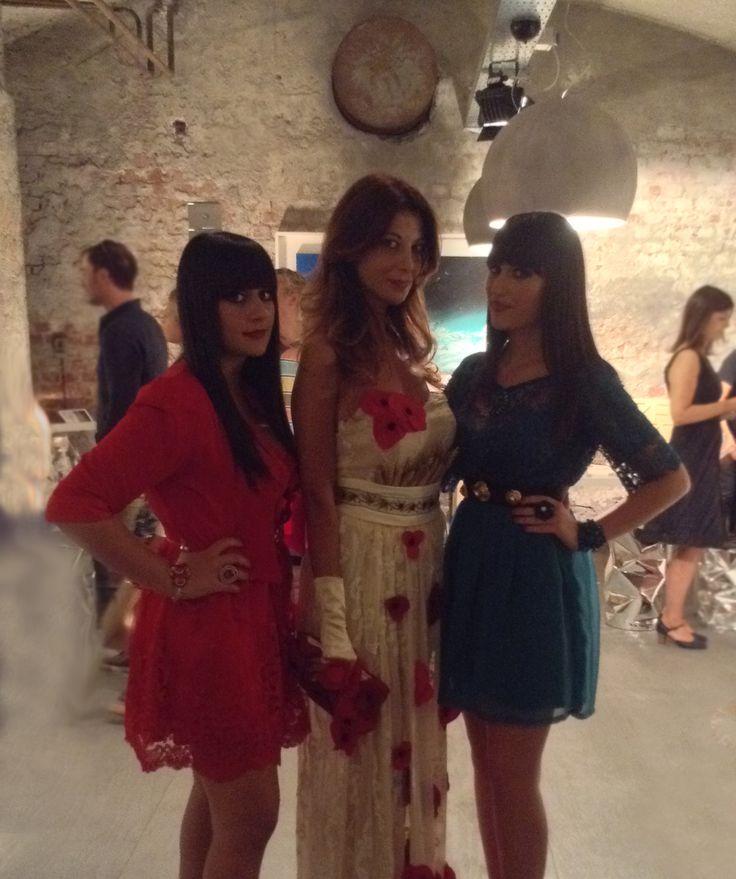 """Mapi e Marilù Angelini, in arte Mapylù alla Milan Fashion Week con uno degli abiti che ha vinto il Concorso Nazionale """"Young Italian Tailors"""" organizzato da Confartigianato Moda.  #madeinitaly #craftsmanship #youngtalents #hautecouture #mfw #tailormade"""