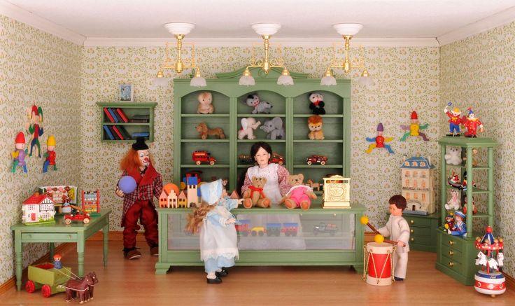 """Der Spielzeugladen, eingerichtet mit Möbelbausätzen von MINI MUNDUS - """"Darf ich den Teddy einmal anfassen??"""" fragen große Kinderaugen. """"Aber natürlich"""", antwortet die gute Seele hinter der Theke, sie erfüllt -fast- jeden Wunsch. Gibt es etwas Schöneres als sich sein eigenes Spielparadies selbst zu bauen? Kindheitsträume werden wahr, auch für viele Große in der faszinierenden MINI MUNDUS Welt."""
