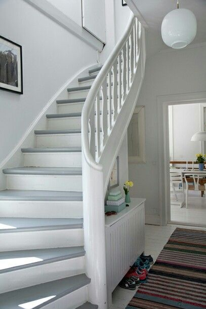 Holztreppe weiß - grau ähnliche Projekte und Ideen wie im Bild vorgestellt findest du auch in unserem Magazin