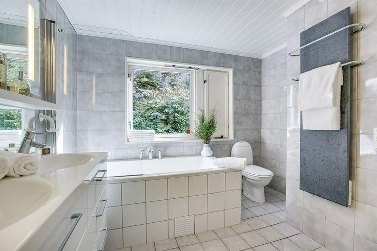 Plassering av do, halvveis skjult, kan evt. skjermes med med en halvvegg (høykant, transparent) mellom badekar og do.