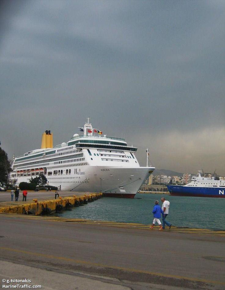 Το Aurora, με κίτρινο φουγάρο, πλευρισμένο στον Πειραιά. 05/04/2012.