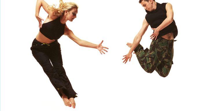 Como aprender com vídeos de dança contemporânea. A dança contemporânea, resumidamente, é um tipo de dança que surgiu no final do século XIX e no começo do século XX através do interesse pela dança livre. Ao foco individual e expressionista da dança livre, a dança contemporânea acrescentou elementos de balé e jazz, tudo isso enquanto enfatizava a expressão emocional. Leia para aprender com vídeos ...
