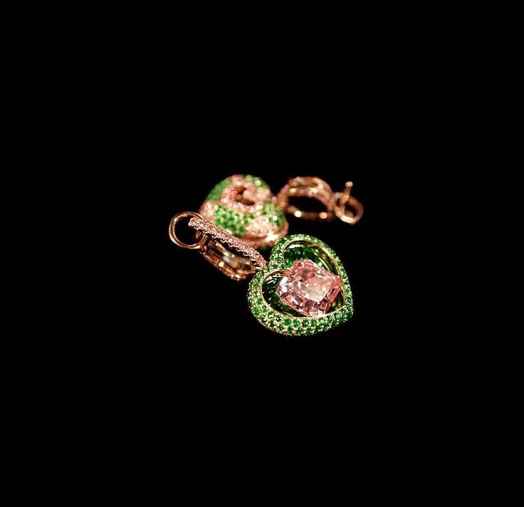 Серьги, изумруды и розовые бриллианты.
