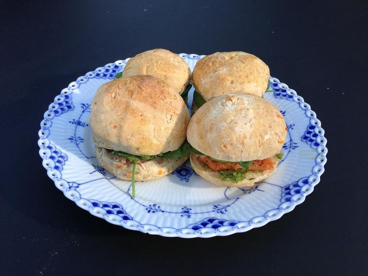 Sandwich med varmrøget laks og avocado