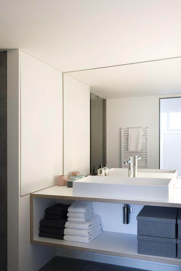 Salle de bains avec grand miroir