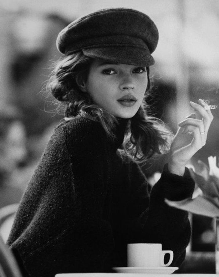 Kate Mosse avec un béret casquette noir