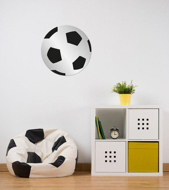 Les petits fans de ballon rond ont désormais leur miroir décoratif ! Grâce à son design unique, il complètera à merveille une décoration de chambre sur le thème du foot. Ce miroir enfant ballon de foot est fabriqué dans une matière légère et non déformante. Il peut ainsi être fixé sur de nombreux supports pour une déco personnalisée dans les moindres détails.  Format : 30 x 30 cm