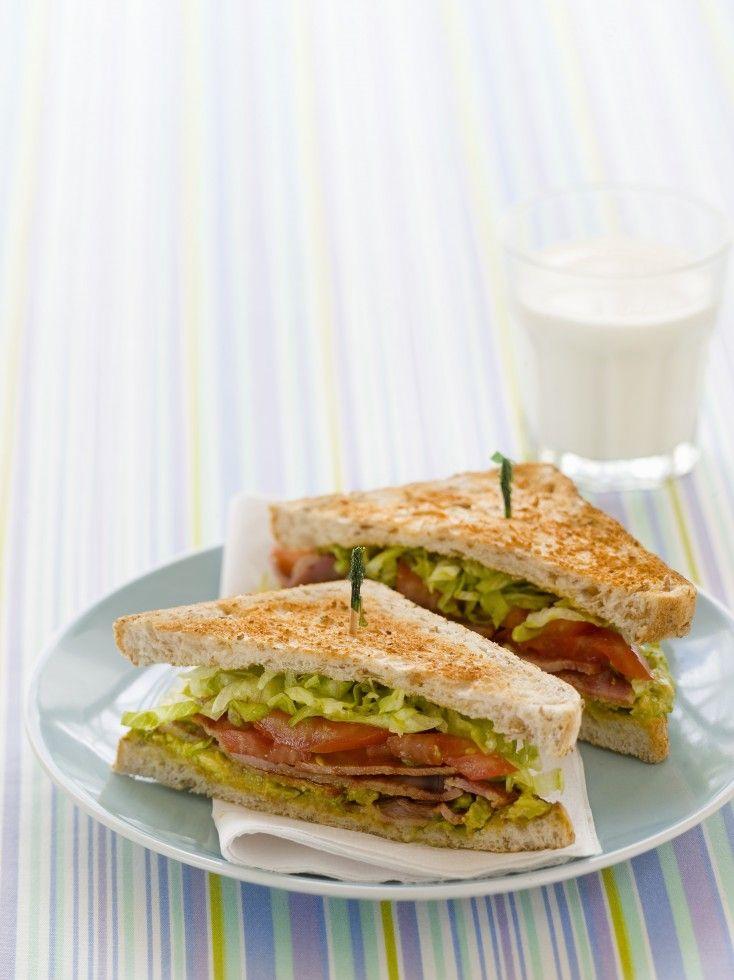 Il BLT è un panino chiuso in due fette di pane a cassetta tostato, cosparse di maionese e farcito con bacon croccante, foglie di lattuga e fette di pomodoro.