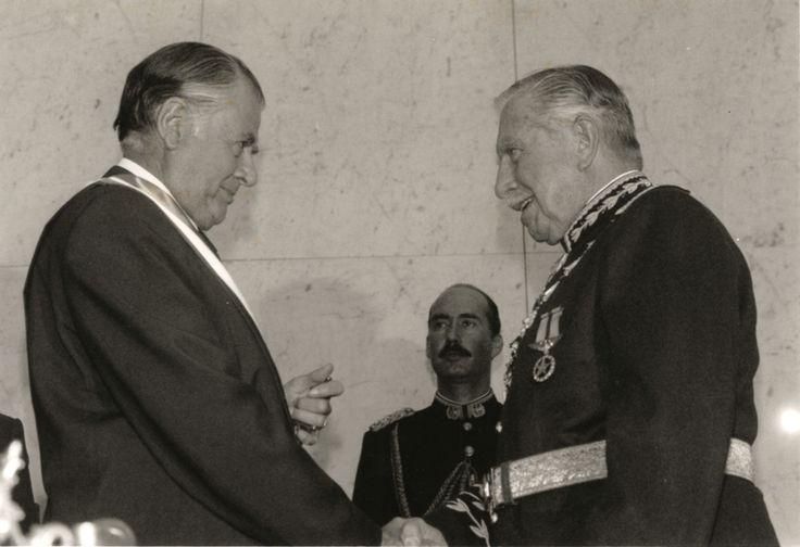 Retrato de S.E. el Presidente Patricio Aylwin Azócar y el Dictador General Pinochet, durante la ceremonia de transmisión de mando. Date1990