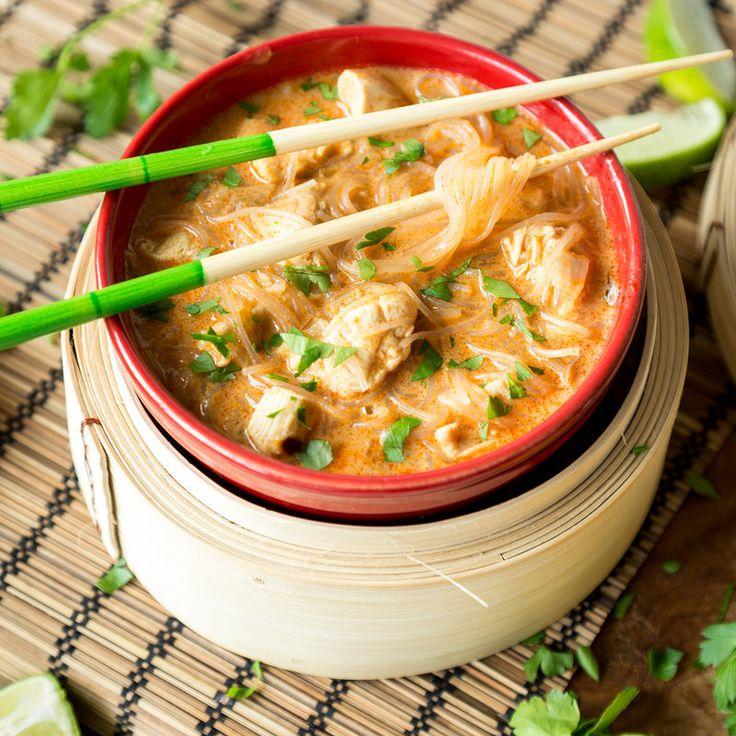 Würziger Feierabend aus der Pfanne: Cremiges Curry aus Kokosmilch mit frischem Spinat, Paprika und Shrimps. Leicht, lecker, Low Carb und fix gemacht.