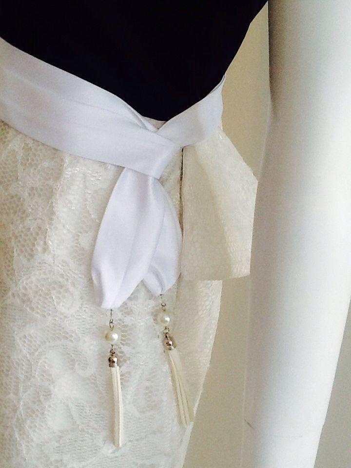 Tonalidad de falda en color avori. Cinturón blanco.