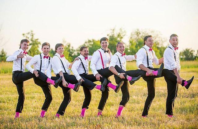Вот уже несколько лет стильные образы подружек невесты и друзей жениха считаются неотъемлемым атрибутомоформления свадьбы. Если для объединения подружек сегодня используются платья, букетики, веночки и сумочки То для парней…Модный атрибут мужского образа на свадьбе – подтяжки. Аксессуар украшает образ жениха и его друзей. Стильно, элегантно, свежо. А главное – подтяжки подходят как к брюкам, так и джинсам. Самый простой способ объединить стиль друзей жениха – галстуки или модные ба...