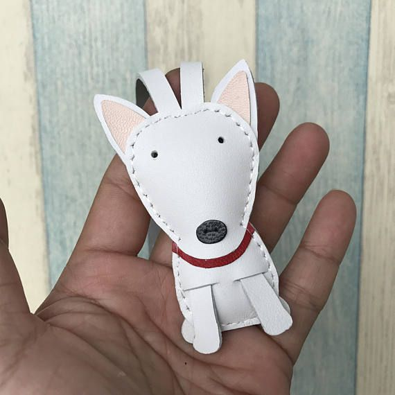 medidas: 7 cm X 4 cm  Handcut, mano a mano, cosido  El encanto de este precioso Bull terrier está diseñado y hecho a mano por nosotros.  Esto es como la foto muestra el color personalizado de solicitud o cambio, gracias :)  Este listado está para un encanto de los bull terrier de tamaño