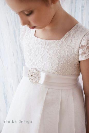 sukienka komunijna z broszką