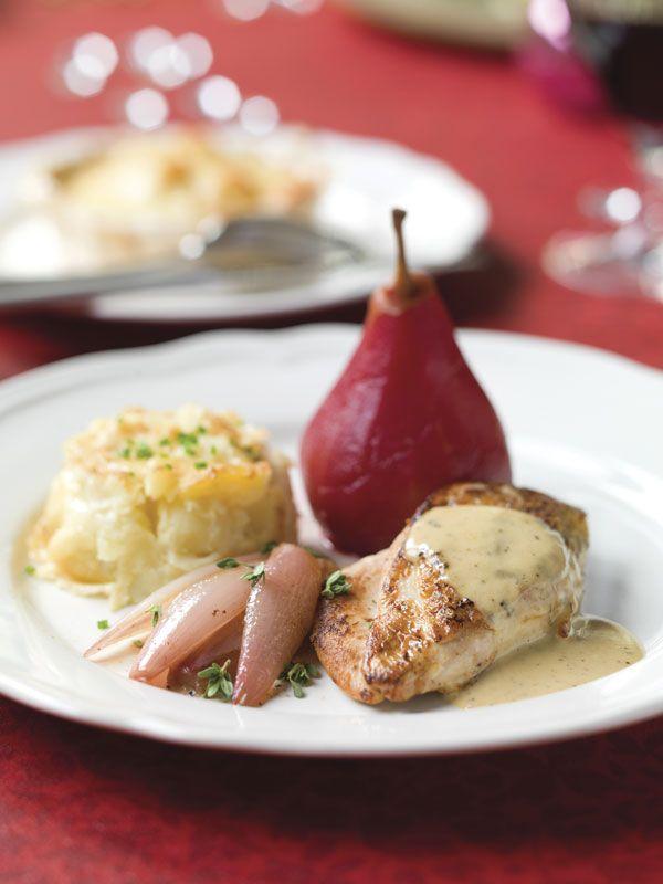 Parelhoen met gekonfijte sjalot, peertjes gestoofd in rode bietensap & gratin dauphinois
