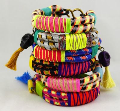 DYI Bracelet. Couldn't actually find the right blog post from the link but really interesting way to use paracord.