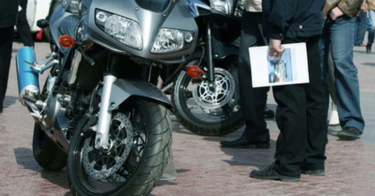 Como fazer kits de escapamento de motocicletas. Os kits de escapamento de motocicletas consistem em um cano coletor, um silenciado, e um tubo de escape. A maioria dos escapamentos de motos de rua tem acabamento cromado, ao passo que os de motocross são anodizados ou têm acabamento com tinta de alta temperatura. Para fazer kits de escape, são necessárias ferramentas hidráulicas e automatizadas, ...
