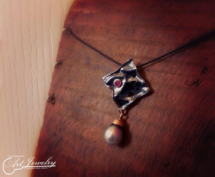 Ciondolo in argento brunito, oro rosa ed impreziosito da un rubino e una perla di Tahiti.  #artjewelry #jewellery #pendant #silver #ruby  https://www.instagram.com/costaemanuele_artjewelry/ https://www.facebook.com/gioiellicosta/  Photo: Noemi Barolo