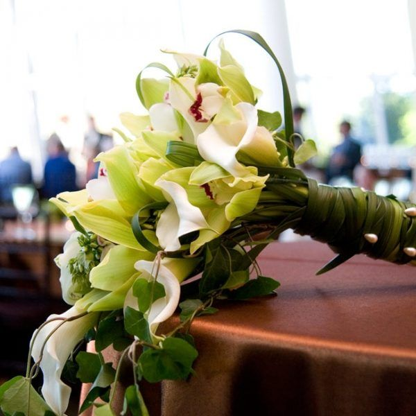Buchet de mireasa cu flori albe si perlute.