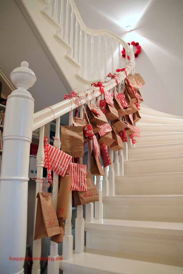 Unser Adventskalender: 48 Päckchen am Treppengeländer by happyhomeblog.de Our advent calendar 48 little packages on our beautiful white banister DIY Adventskalender // #Weihnachten #Adventskalender #minidrops