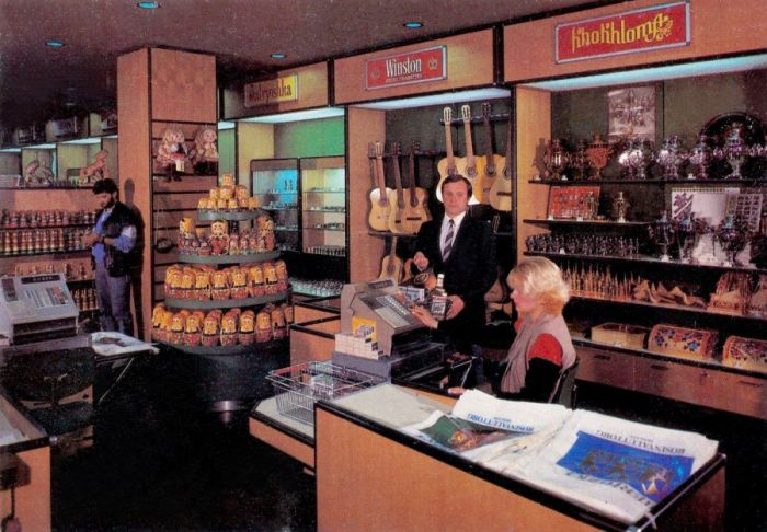 """В магазине """"Березка"""" в аэропорту Шереметьево–2, 1980–е годы, Москва"""