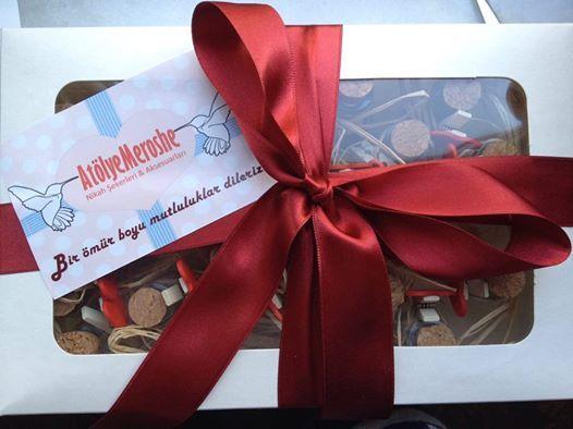 Sadece modellerimize değil kutularına da bir o kadar özen gösteriyoruz. Sizlere şekerlerinizi güzel hediye kutularında servis ediyoruz.