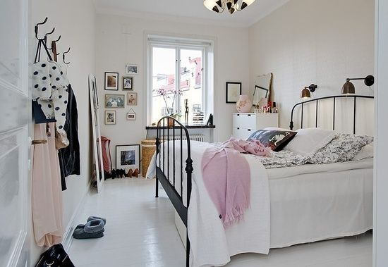 Quarto vintage: Irons Beds, Black White, White Rooms, White Bedrooms, Small Home, Beds Frames, Pink Bedrooms, Wrought Irons, Beautiful Bedrooms