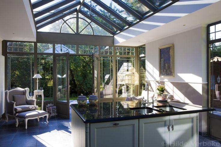 Woonveranda met prachtige landelijke keuken en zithoek met zicht op tuin de mooiste veranda 39 s - Keuken verandas ...