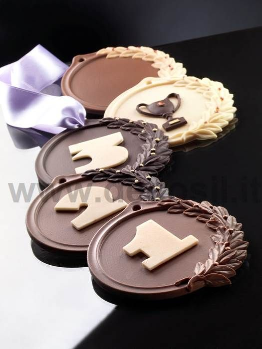 Stampo #Medaglia utilizzato per decorare e dedicare cupcake e torte ai Campionati di Calcio e ai nostri campioni. Stampo in silicone per creare medaglia di cioccolato per decorazione torte.