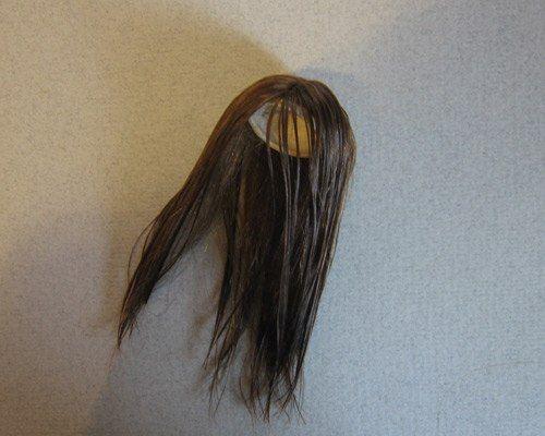 Затем расправляю пробор, укладываю водой, наношу бальзам и споласкиваю (такая прическа хорошо переносит подобные процедуры - понятно, что нужно очень аккуратно это делать, без фанатизма). Пробор дополнительно укладываю утюжком для волос (плойка тоже подой