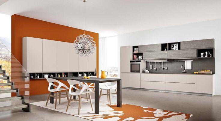 una grande parete divisoria in tonalità arancio, elemento di spicco nell'ambiente cucina GIGLIO