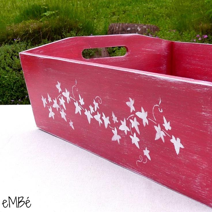 """Podnos - Červený, s břečťanem a patinou... """".... brácho, vidím svačinuuuu!!!"""" Představuji vám podnos S břečťanem a patinou, na který naskládáte vše, co potřebujete ke stolování na čerstvém vzduchu. Podnos je opravdu velký, bytelný. ;-) Celý podnos je namalován tmavě červeným odstínem akrylové barvy, skrz níž prosvítá výrazná kresba dřeva, následně patinován ..."""