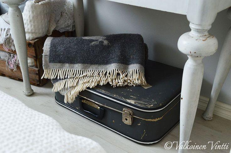 Matkalaukku sisustuksessa. www.valkoinenvintti.fi