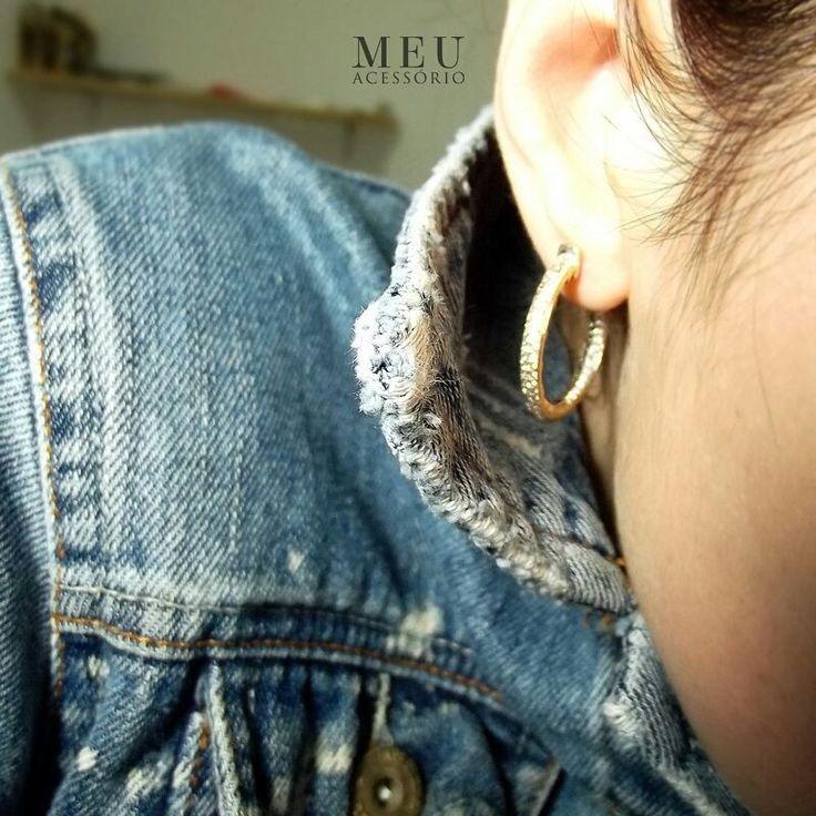 personalidade conta! jeans way of life  e o brinco é a ARGOLA SOLENE, peça fundida em metal e banhada a ouro 18k. Um ano de garantia.  Micro cravação de cristais transparentes nas duas faces do brinco. Delicadeza e poder com frete grátis no site: WWW.MEUACESSORIO.COM.BR #meuacessorio #earrings #jeans #crystal #jewelry #monogram #love #fashion #trend #ootd #accessories  #semijoias #brinco #earring